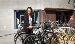Mette Annelie parkerer sin cykel